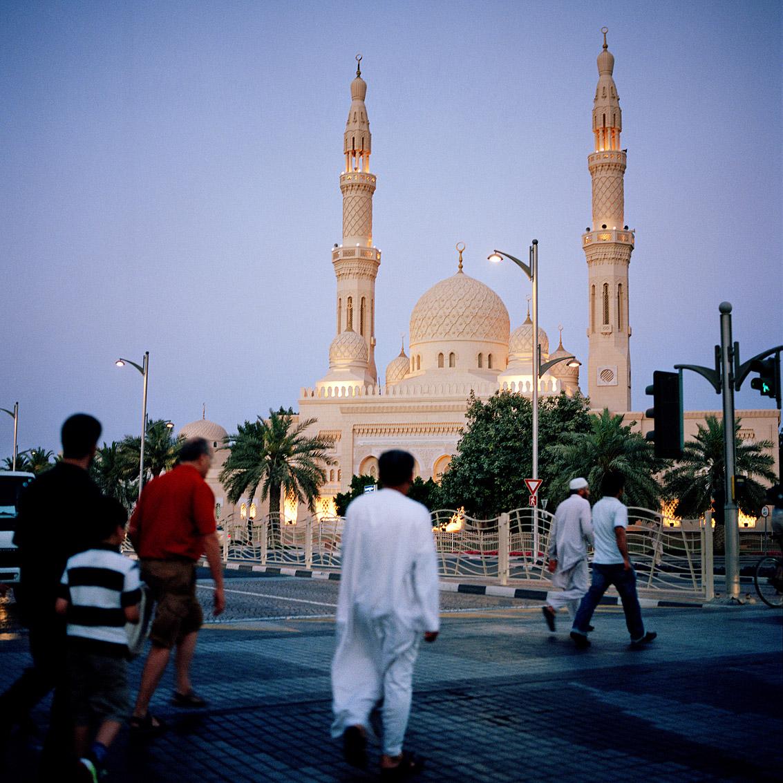La grande mosquée de Jumeirah à la tombée du jour; Dubaï.