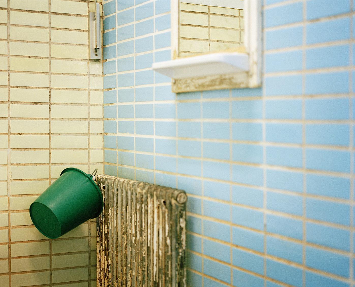 Intérieur de l'une des cabine des bains-douches Wazemmes de Lille.