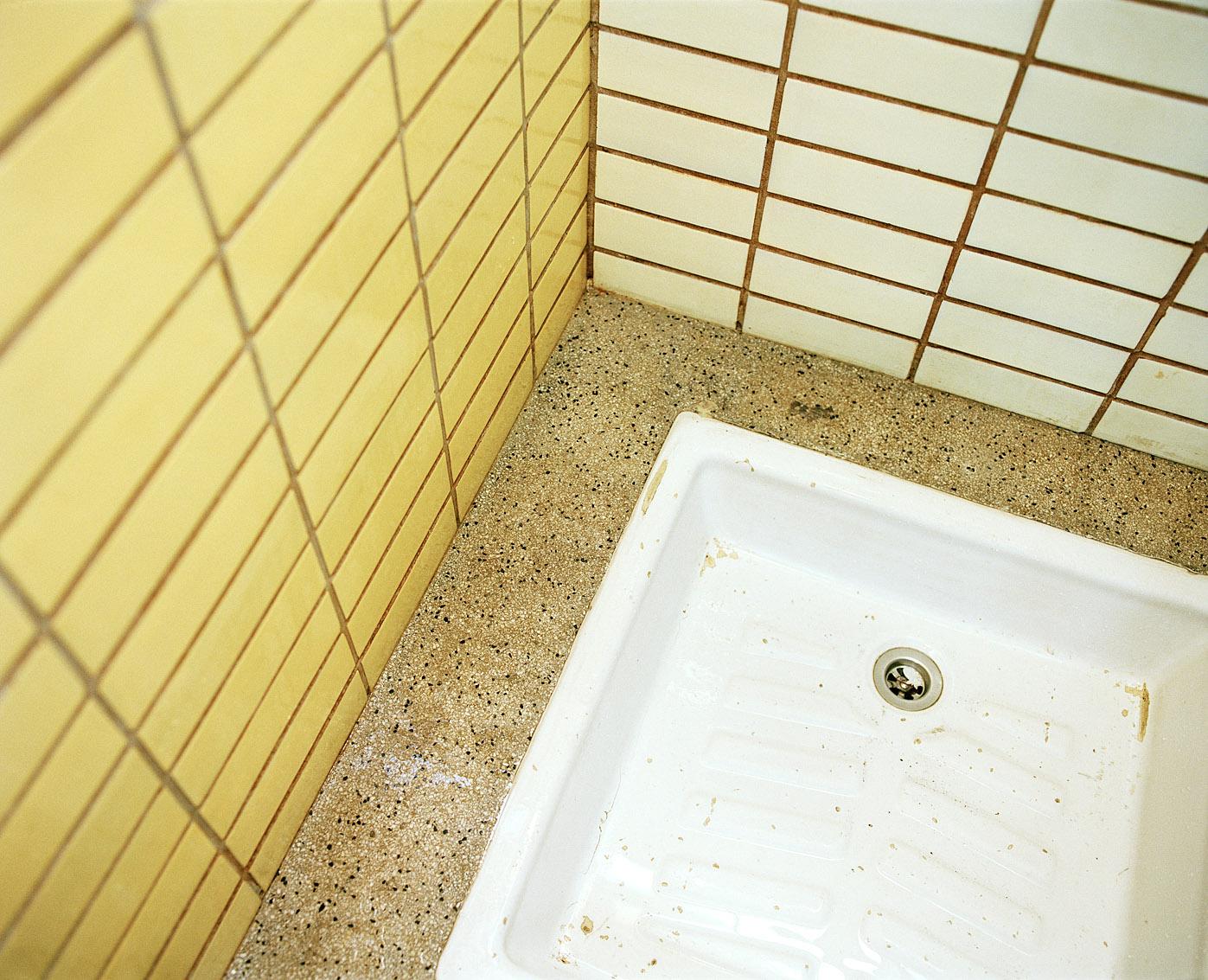 Douche côté femmes, bains-douches municipaux Fives, Lille.