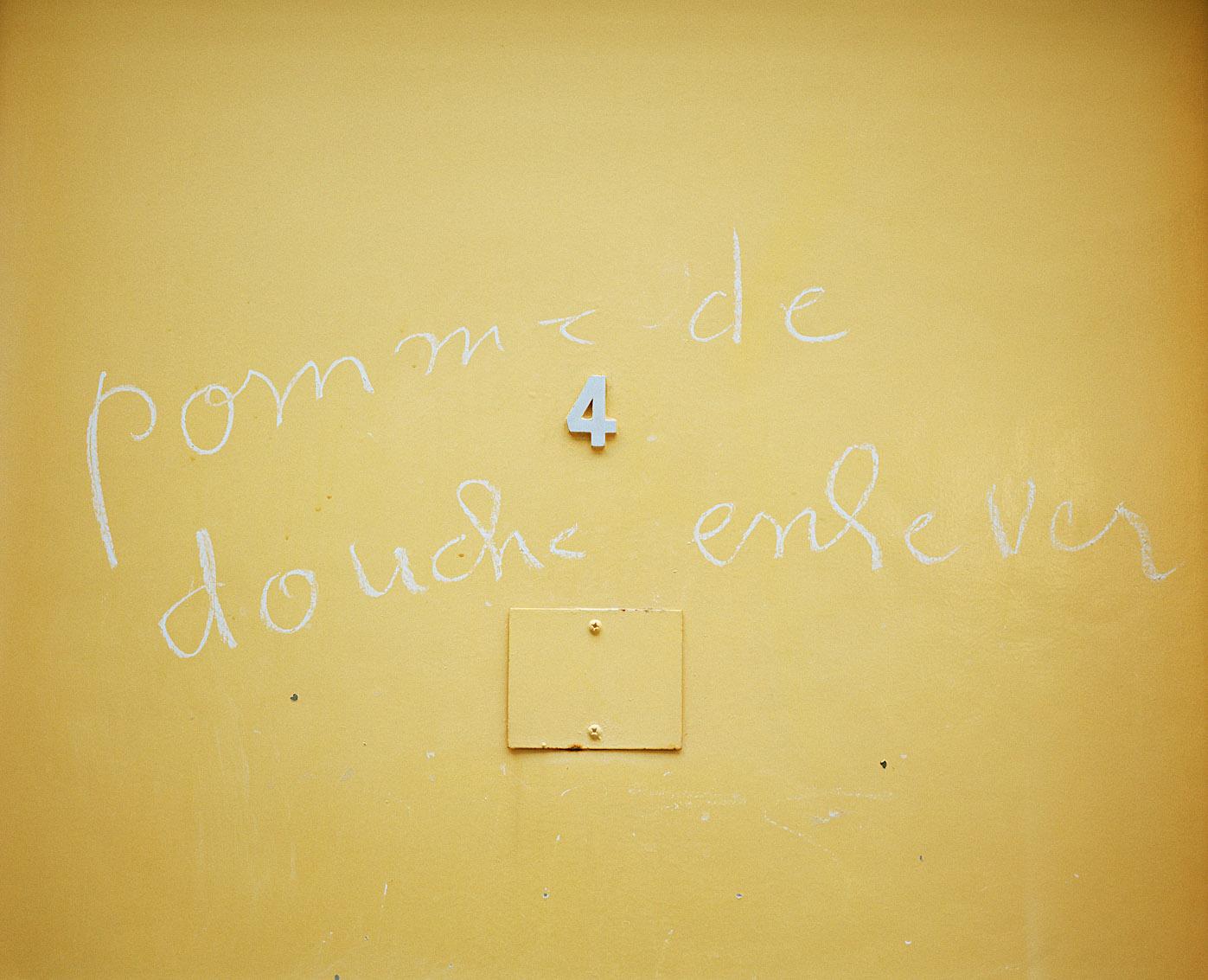 Cabines côté femmes des bains-douches municipaux Fives, Lille.