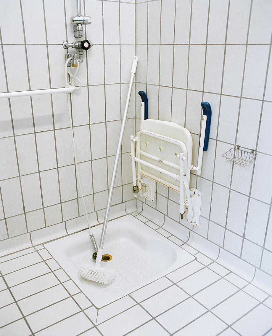 Cabine de douche handicapé des bains-douches municipaux de Nantes.