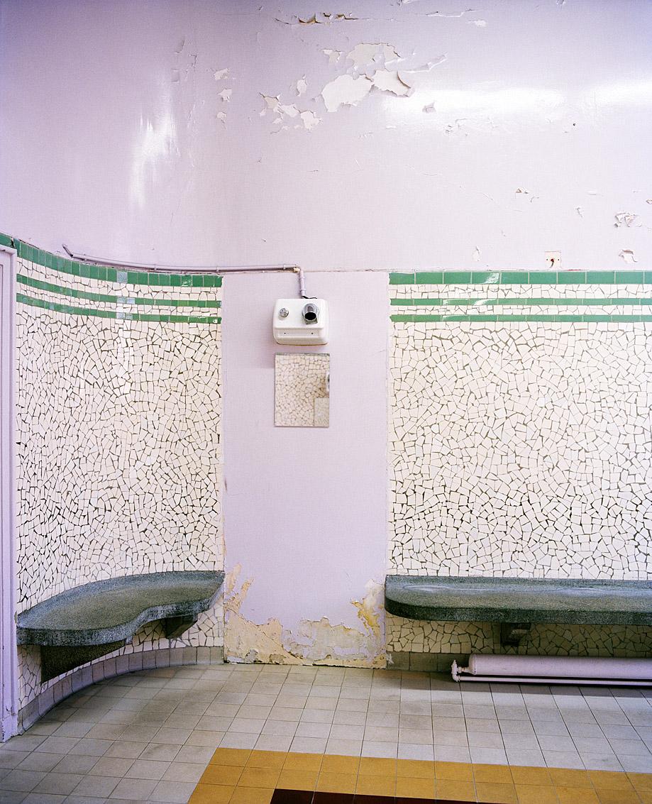 Salle d'attente des bains-douches municipaux Bidassoa, Paris.
