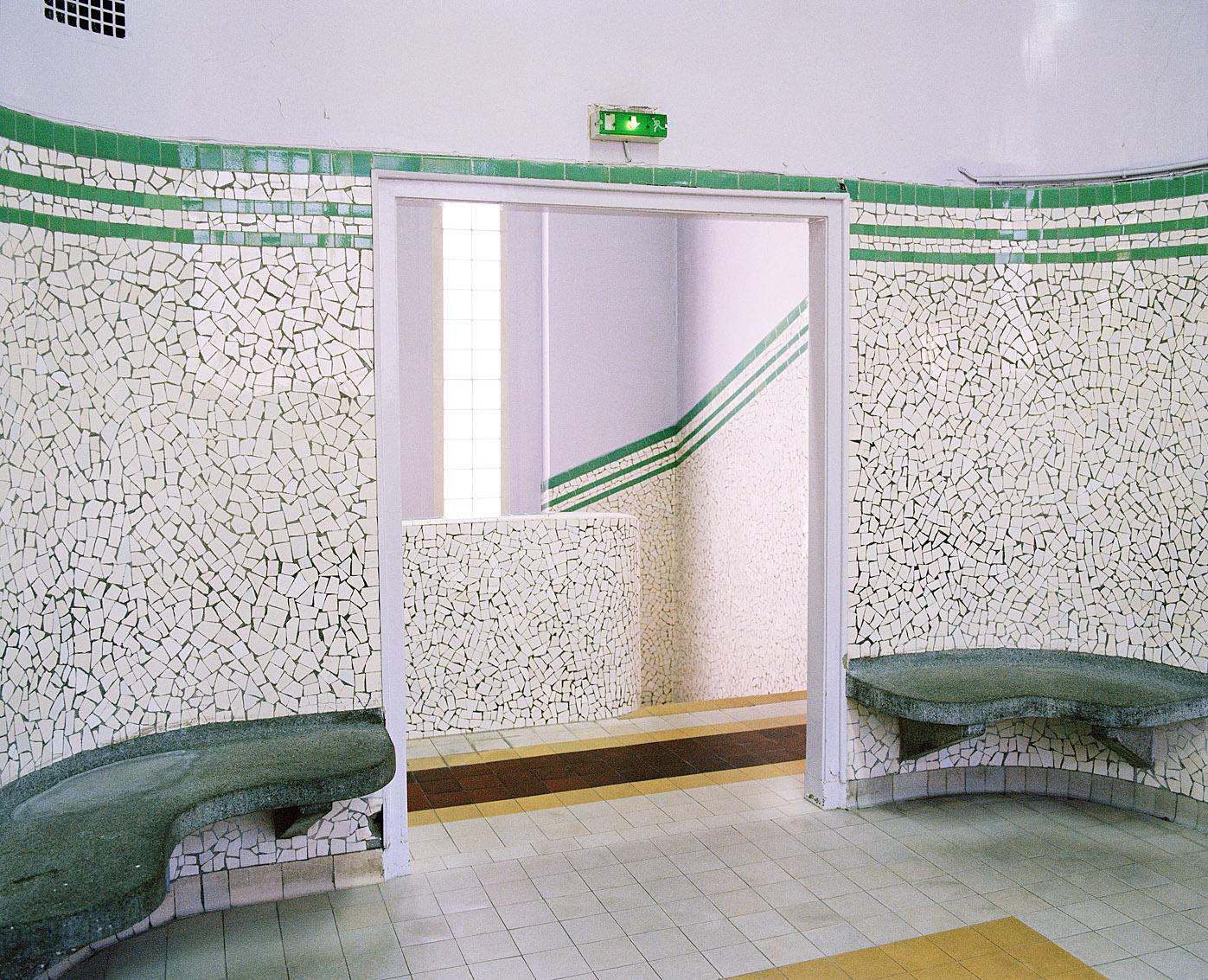 Salle d'attente des bains municipaux Bidassoa, Paris.