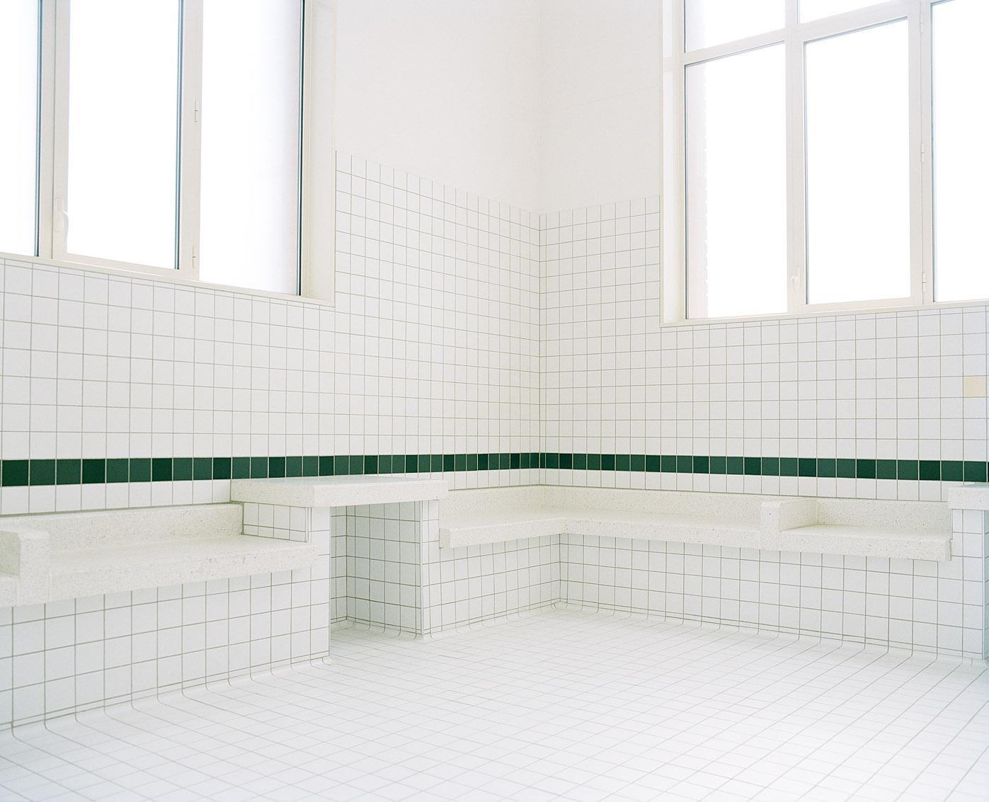 Salle d'attente des bains municipaux des Haies de la ville de Paris.