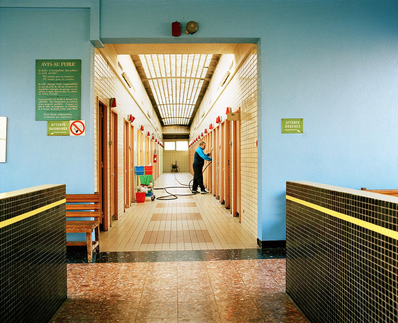 Les cabines sont nettoyées après chaque usager. Bains-douches municipaux Fives, Lille.