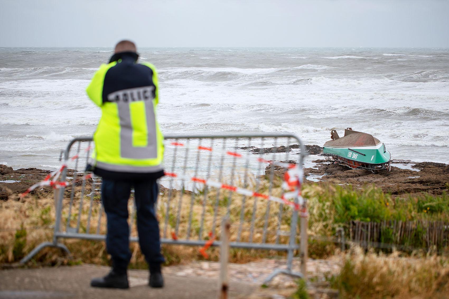 2019, juin, Les Sables d'Olonne. Naufrage du canot Jack Morisseau de la SNSM à proximité immédiate de la plage de Tanchet lors de la tempête Miguel du 7 juin 2019.