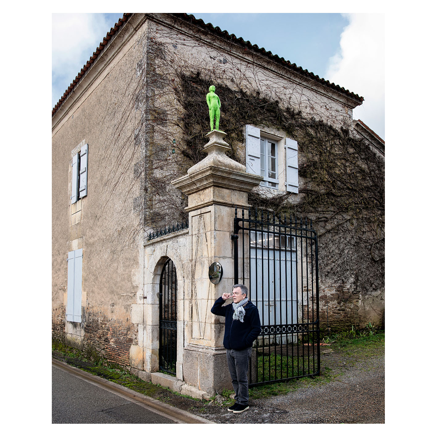 Fabrice Hyber à l'entrée de sa propriété de Mareuil sur Lay Dissais, Vendée. De chaque côté du portail trône un homme de Bessines.