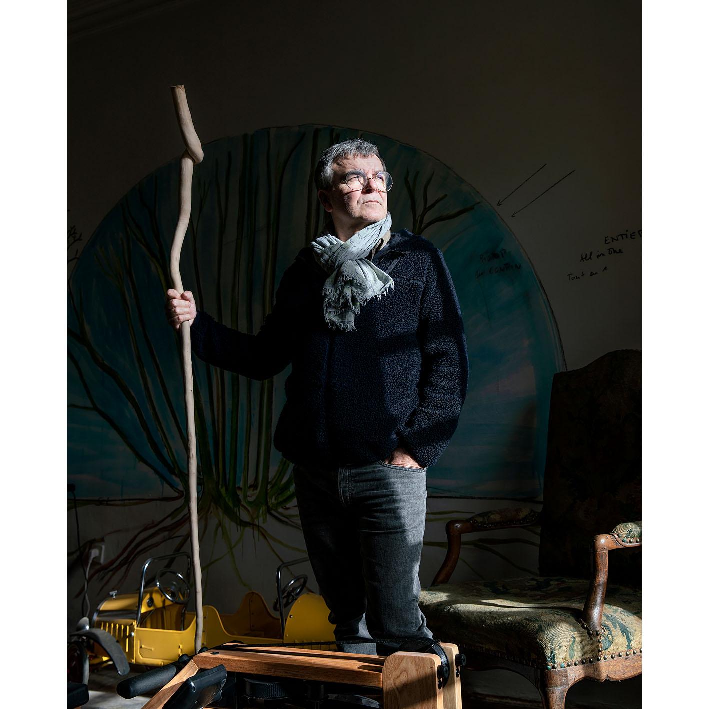 Fabrice Hyber chez lui en Vendée. Sculpté dans une branche de cormier, un bâton de marche choisi à la place de la traditionnelle épée pour son entrée à l'Académie des beaux-arts.
