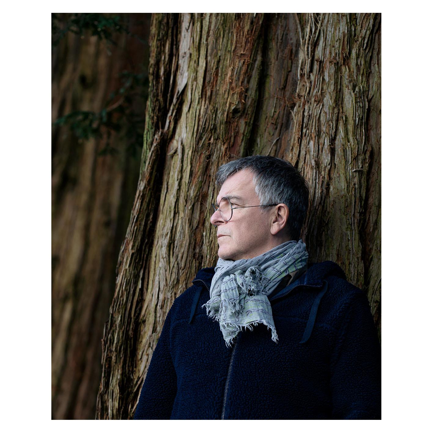 Fabrice Hyber au pied de l'un des séquoias du parc de sa propriété en Vendée.