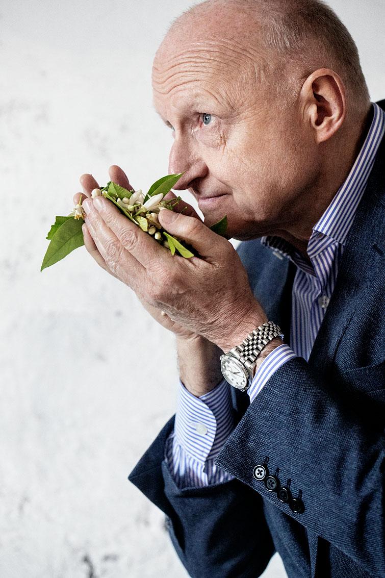 Dominique Ropion, maître parfumeur, chez un collecteur de fleurs d'oranger à Nabeul.