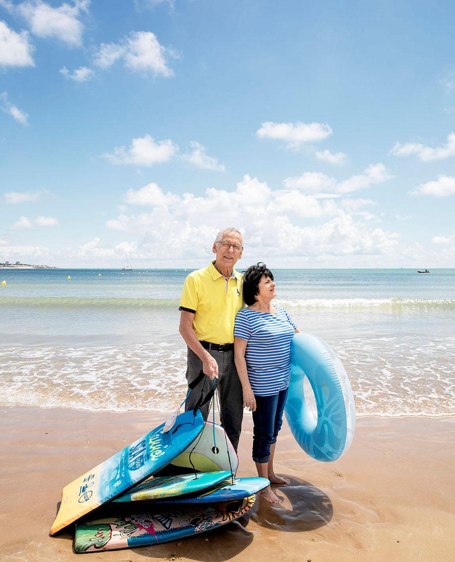 Christiane et Yves sur la grande plage des Sables d'Olonne pour Pèlerin
