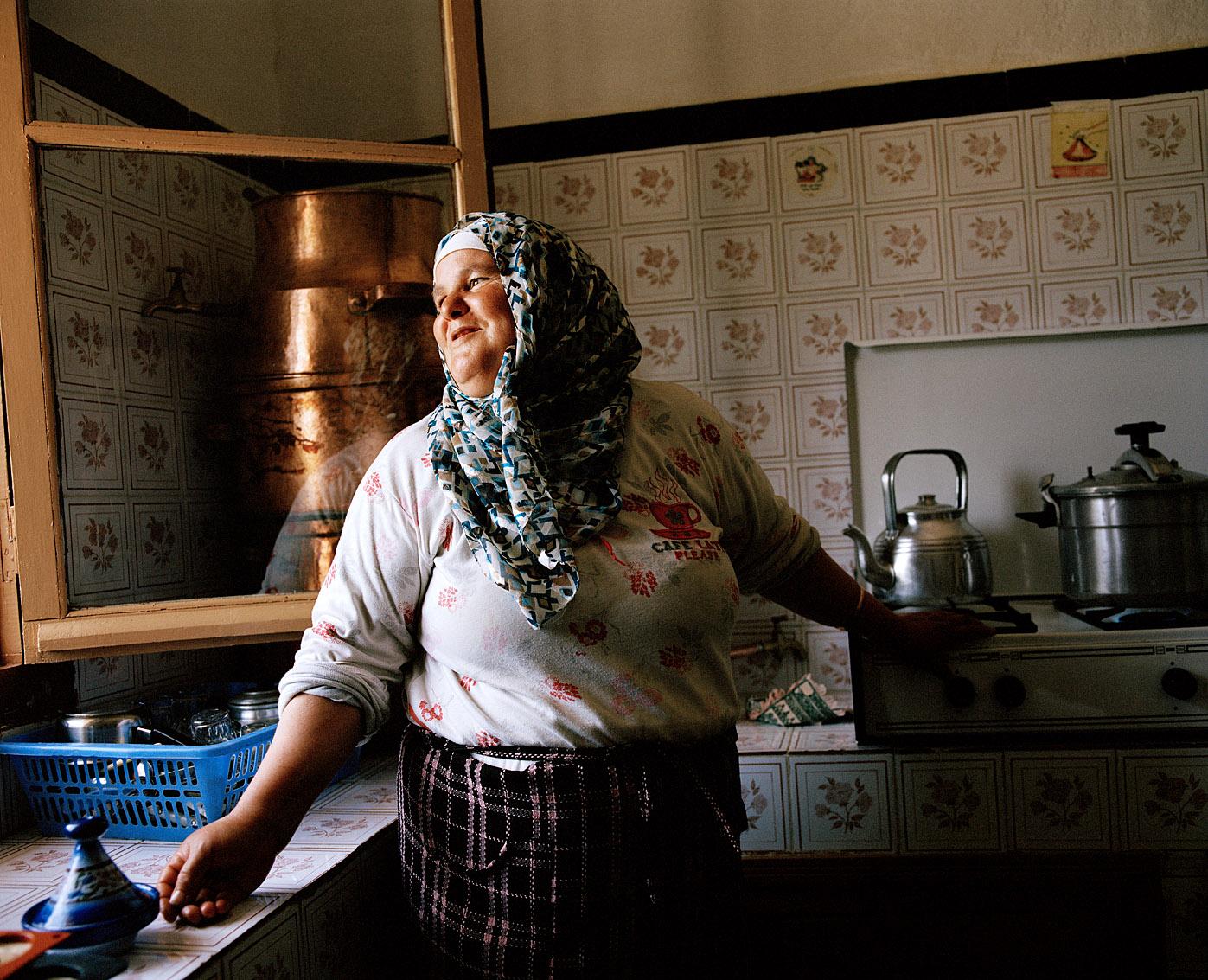 Kenza, l'une des femmes de la coopérative de femmes Achifae (guérison en Berbère) prépare les eaux de fleurs, huiles essentielles et savons parfumés.