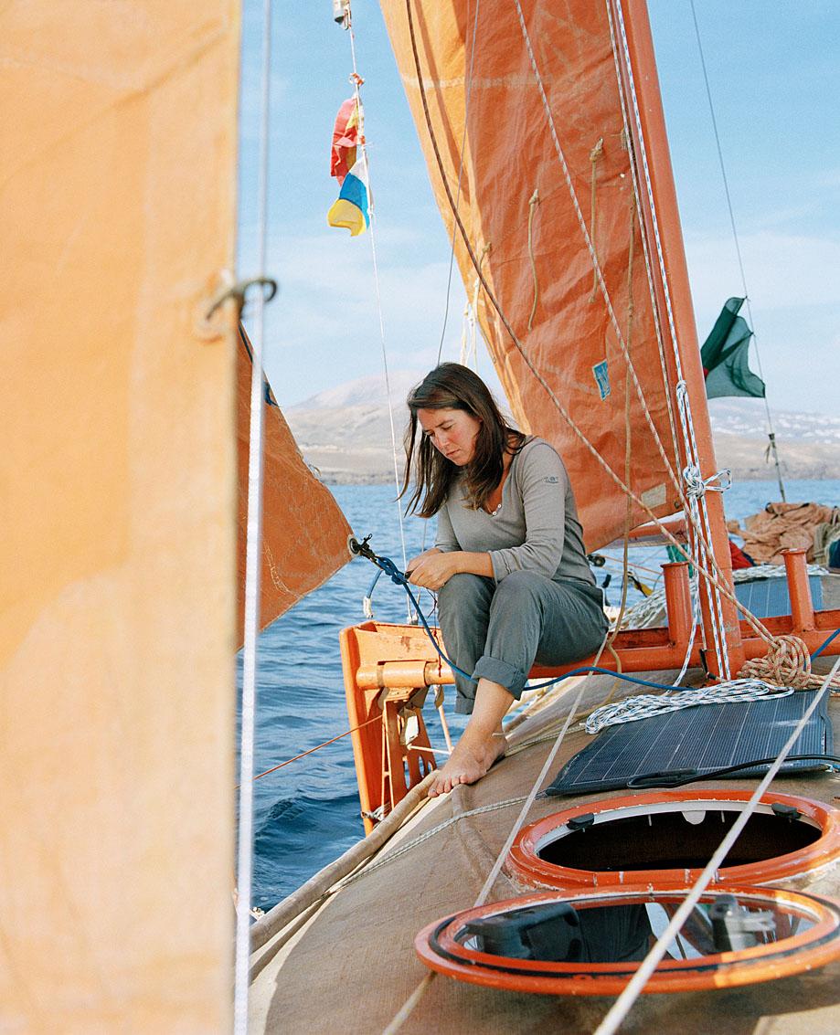Capucine Trochet, navigatrice française, Lanzarote. A bord de Tara Tari, création de l'architecte naval Corentin de Chatelperron, petit voilier de pêche du Bangladesh et premier bateau à intégrer la fibre de jute à sa construction.