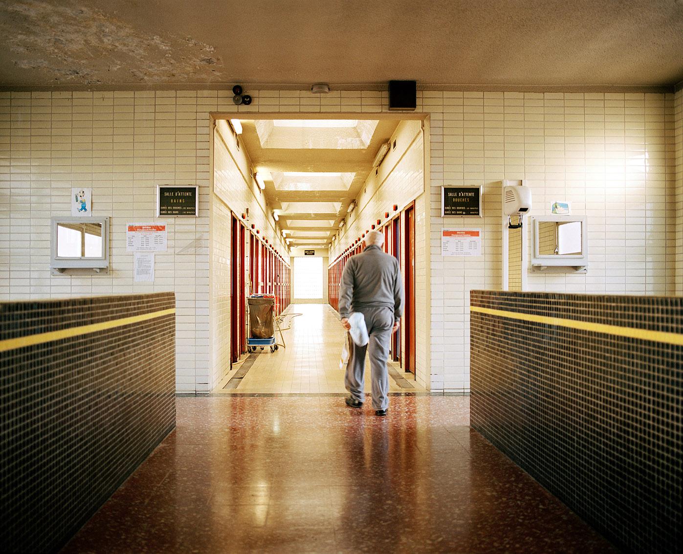 Claude, 72 ans, vit dans une caravane et vient deux fois par semaine aux bains Wazemmes, Lille.