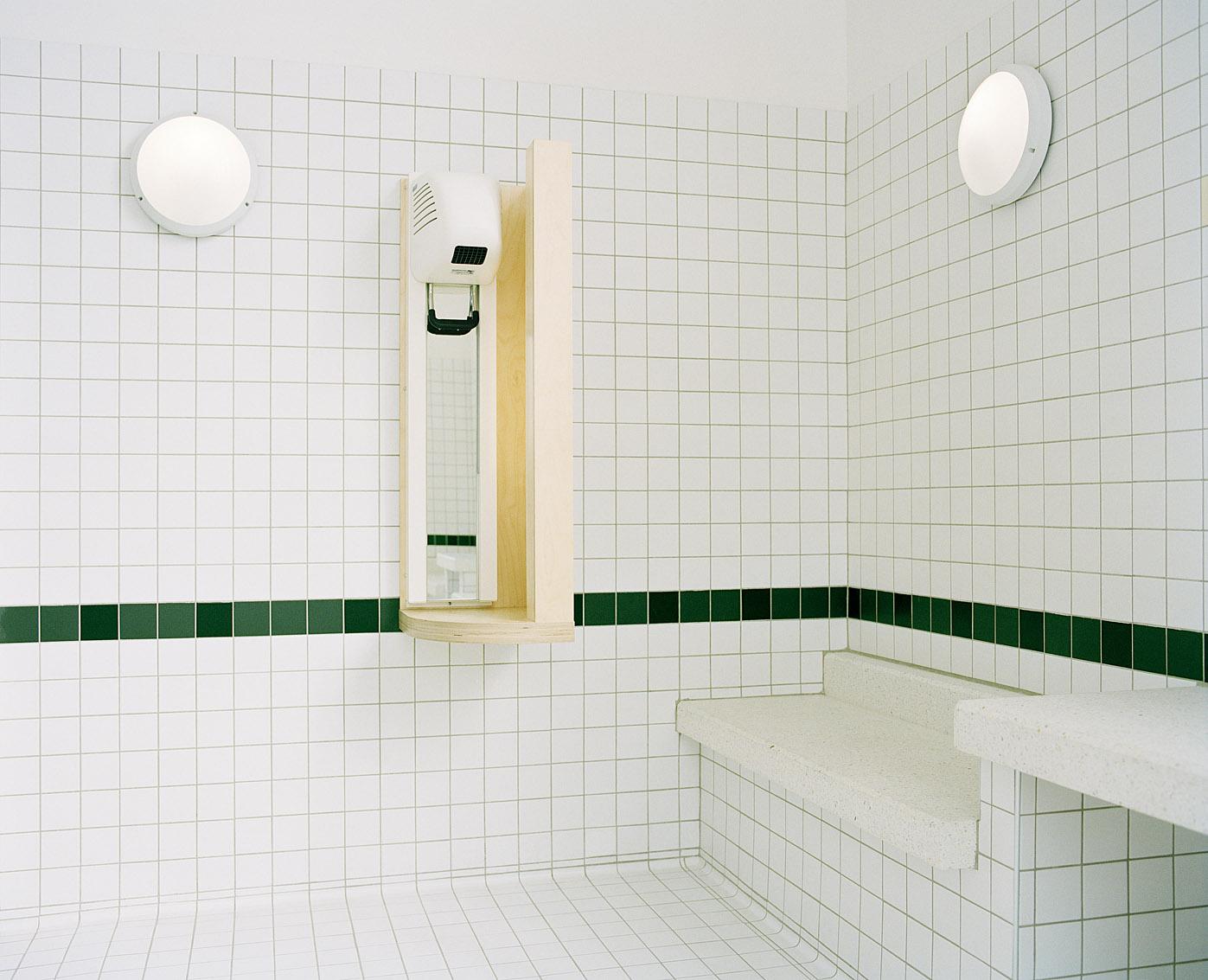 Salle d'attente des bains-douches municipaux des Haies, Paris.