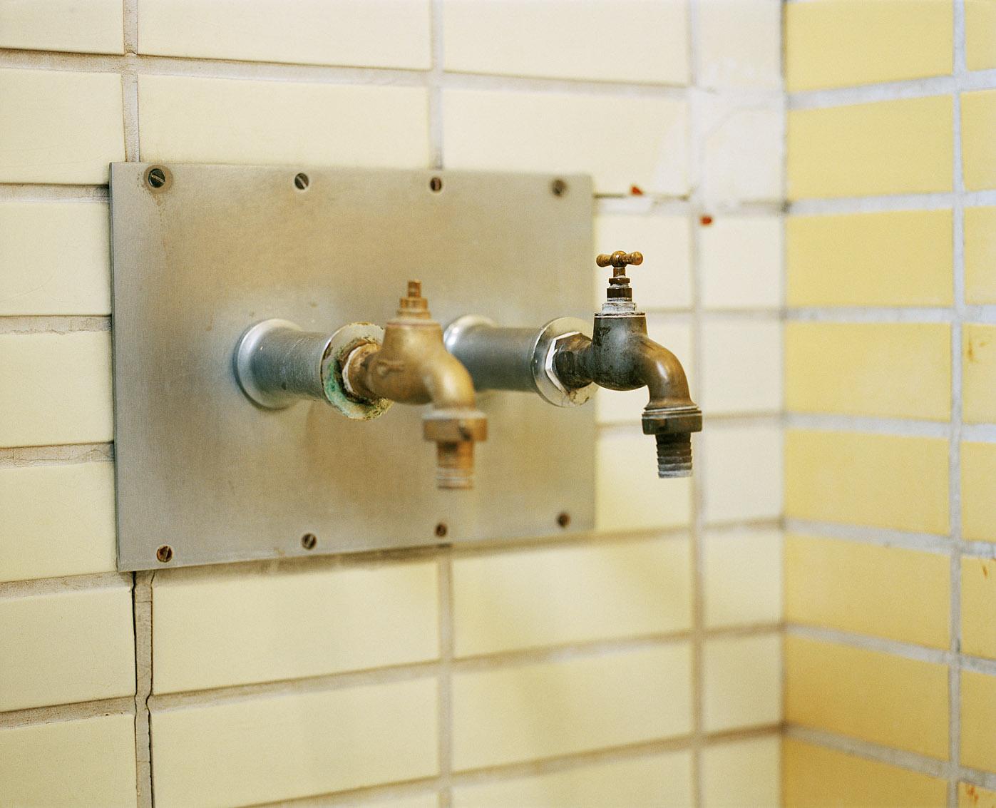 Robinetterie des baignoires des bains-douches Wazemmes de Lille.