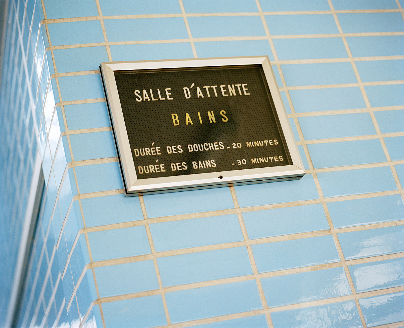 Salle d'attente des bains-douches Wazemmes de Lille.