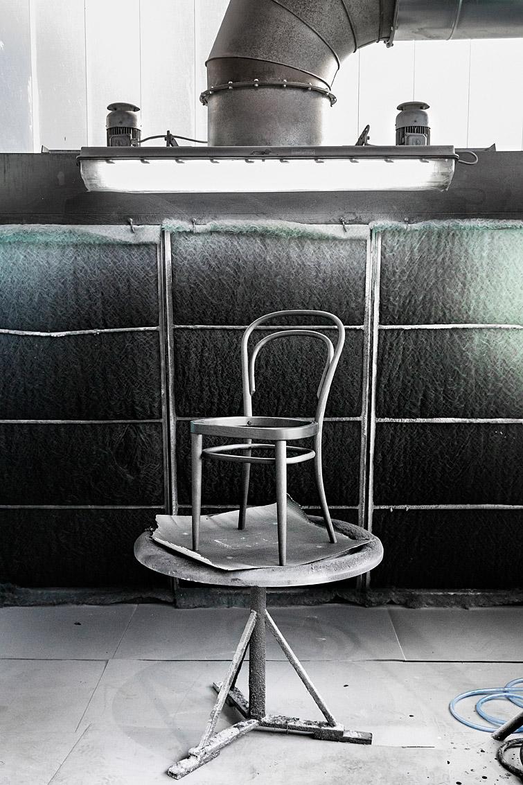 Chaise Thonet 214 en cabine de peinture. Manufacture de Frankenberg, Allemagne.