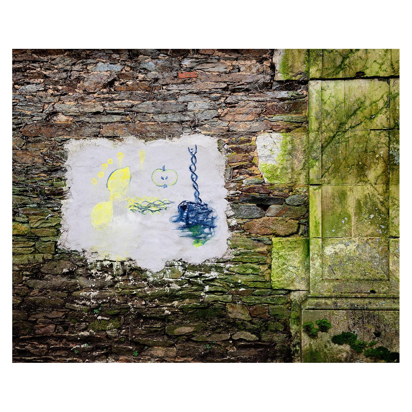 Une peinture de Fabrice Hyber sur le mur d'enceinte du parc de sa propriété en Vendée.